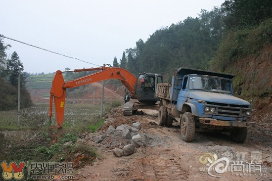 望着,盼望着,挖挖机来了,修公路的脚步近了 宜宾史上最烂路开修