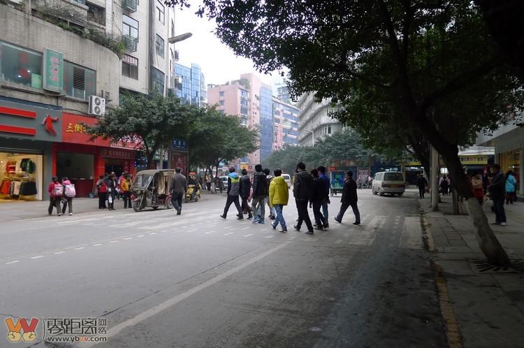 宜宾城市规划滞后数年真那么老火 市民车流中横穿马路早已