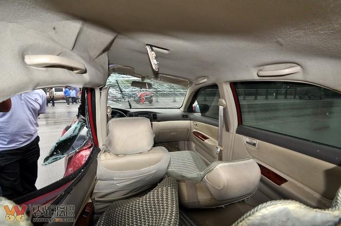 大道 比亚迪与客车碰撞严重凹陷 受伤两人已送医救治 首发高清图片