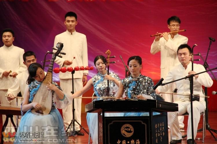 又是一年毕业时 宜宾学院用音乐晚会欢送毕业生 琵琶 古筝 笛子等样样