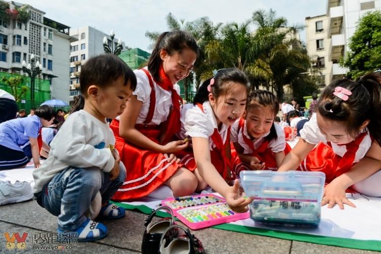 近百名儿童集体作画, 放飞梦想.共绘美丽家园 主题活动举行图片