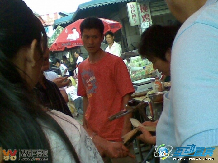 二二四一个卖水果的老女人,扬言有黑社会撑腰 拽的很